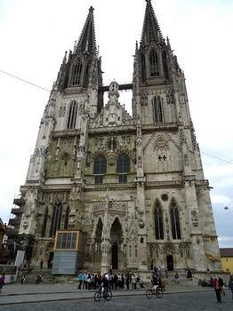 La façade de la cathédrale de Ratisbonne