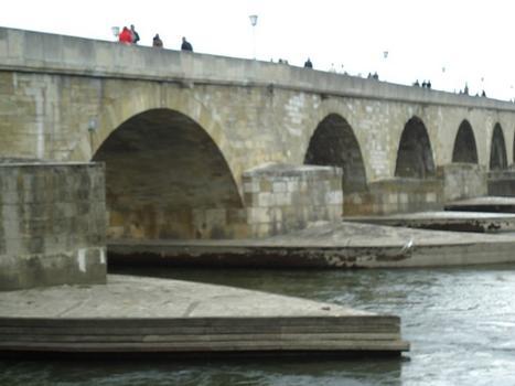 Le pont de pierres (Steinerne Brücke), sur le Danube