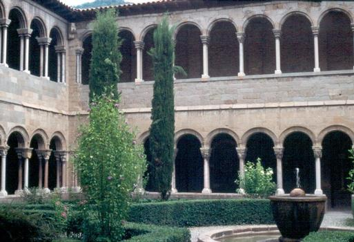 Le cloître (roman) à 2 étages de l'abbaye de Ripoll (Catalogne)
