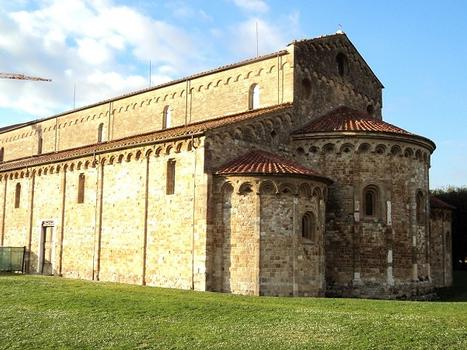 L'église romane de San Piero a Grado (commune de Marina di Pisa, Toscane) a la particularité d'avoir deux absides, une droite, à l'ouest, l'autre en demi-cercle avec absidioles, à l'est; elle date du 11e siècle