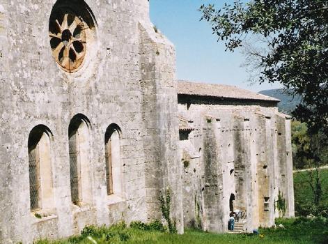 Les murs et les contreforts du chevet de l'église abbatiale et du cloître de Silvacane (Bouches-du-Rhône)