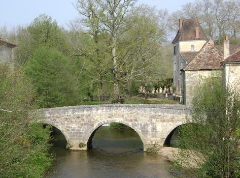 Le vieux pont (aujourd'hui piétonnier) sur la Cole, à Saint-Jean-de-Cole (Dordogne)