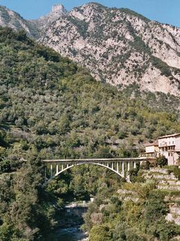 Saint-Jean-la-Rivière, dans les gorges de la Vésubie, et son pont en arc