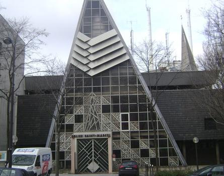La façade de l'église Saint-Marcel, avenue de l'Hôpital (Paris 13e)