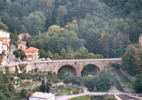 Le pont routier de la D2565 à l'entrée sud de Saint-Martin-Vésubie