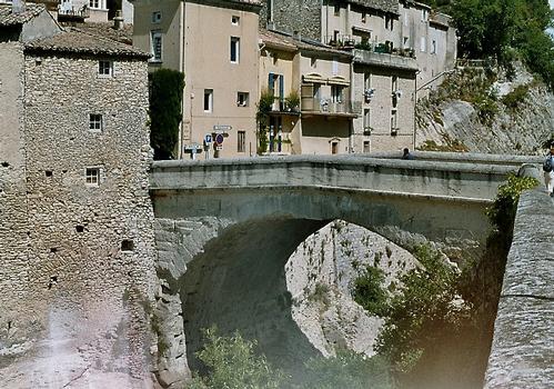 Le pont romain de Vaison-la-Romaine. Le parapet a été restauré en 1994 suite aux inondations de septembre 1992.