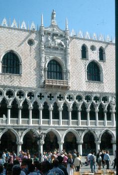 Detail der Gotischen Fassade des Dogenpalastes in Venedig