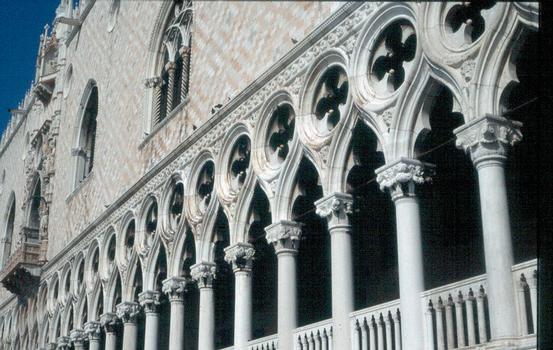 Gotische Fassade des Dogenpalastes in Venedig