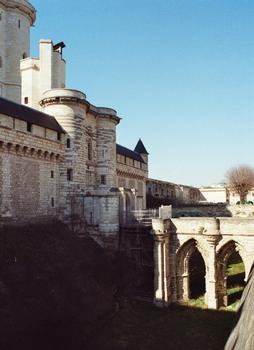 La porte nord, l'entrée, l'enceinte et la tour du donjon de Vincennes
