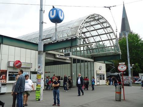 L'entrée de la station Westbahnhof du métro U3, à Mariahilf