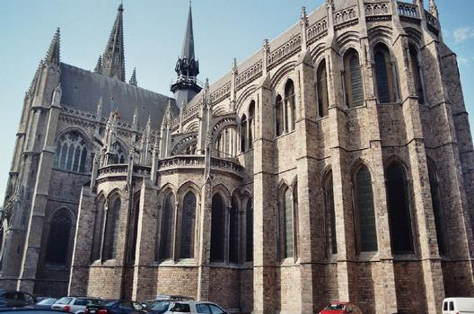Le bas-côté sud et le chevet de la cathédrale Saint Martin d'Ypres (Ieper), construite au 13e siècle en style gothique, détruite en 1914-1918 et reconstruite selon les plans primitifs après 1920
