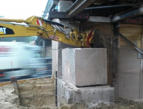 Einsatz eines Baggers beim Abbruch der Eisenbahnbrücke bei Ferch/Brandenburg