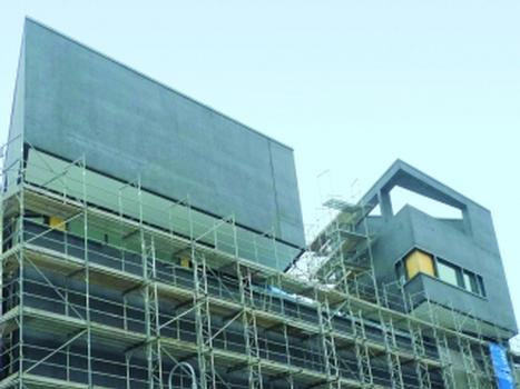 Schwarze Leichtbetonfassade für ein Wohn- und Geschäftsgebäude in Berlin-Mitte