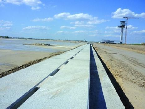 Erfolgreich beim Grosprojekt Airport BBI eingesetzt: zweiteiliges Schlitzrinnensystem