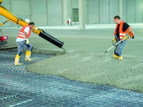 Einbringen des Betons in einen Industriefusboden