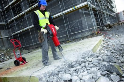 Hilti bietet für schwere Abbrüche zum Boden mit dem neuen Abbruchhammer TE 3000-AVR eine echte Alternative zu Druckluftgeräten
