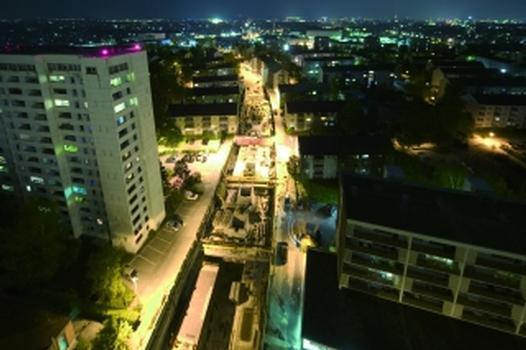 Die Baustelle Bahnhof Hardhöhe: das 440 m lange Gesamtbauwerk in offener Bauweise bei Nacht