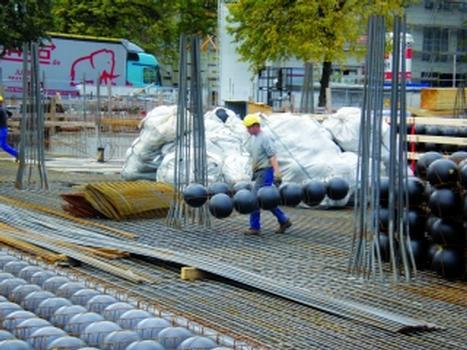 """Leichtes Handling: zwei Cobiax """"Eco-Line""""-Hohlkörpermodule mit einem Betonäquivalentgewicht von über 700 kg"""