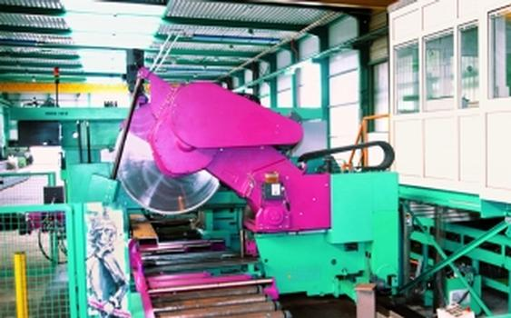 ... und Bohr-Säge-Anlagen sowie Ausklink- und Schweisroboter sind in das Querförderrollensystem integriert