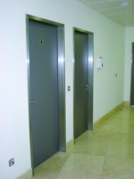 Auch im Innenbereich sind Edelstahl-Türen attraktiv (Foto: BOS GmbH Best of steel)
