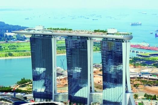 Marina Bay Sands: Der Skypark mit Dachgarten, Restaurants und Bars ist auf 17 Kalottenlagern gelagert