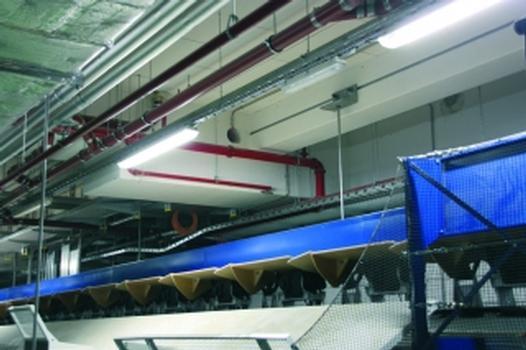 Effiziente Befestigung der Arbeitsebene bei einer der weltweit modernsten Gepäckförderanlagen