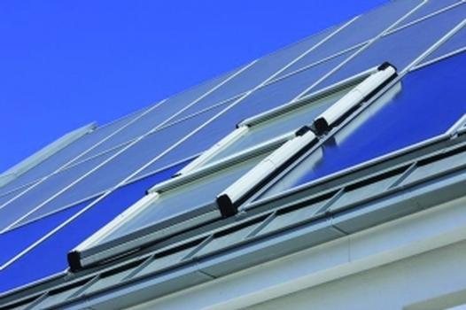 Optisch ansprechend: flächenbündige Integration der Module wie der zweigeteilten Wohndachfenster in die Dachkonstruktion
