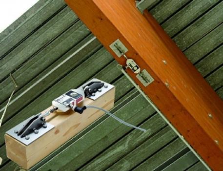 Weltneuheit: der Sensor zur Überwachung von Dachkonstruktionen aus Holz, Spannbeton und Stahl (Foto: Richard Jahre GmbH)