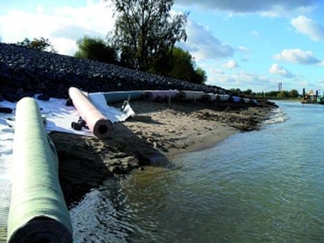Zur Absicherung von Sohle und Böschung werden Filtermatten verlegt (Foto: Wasser- und Schifffahrtsamt Duisburg-Rhein)