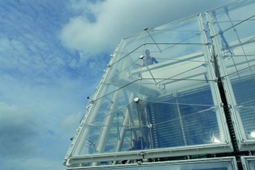 Die polygonal gefaltete Vorhangfassade besteht aus 6200 m2 ETFE-Folie