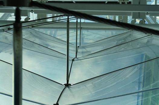 """Trotz der starren Stahlrahmen kann die Folie unter Windsog und Winddruck in geringem Mase """"arbeiten"""" (Fotos: form TL)"""