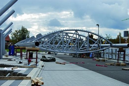 Die kompletten Flügel wurden auf dem Boden zusammengebaut und dann mit zwei Autokränen auf die Stützen gehoben