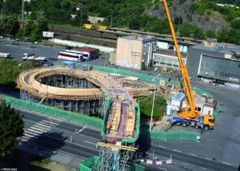 Das Brückenband schlängelt sich vom Bahnhofsvorplatz über den Fluss und die mehrspurige Europastrase in die Stadt Bílina