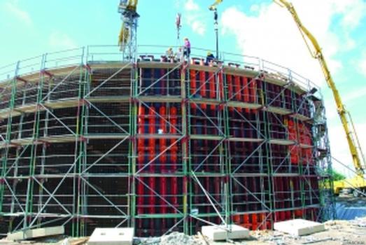 Rechts Schliesschalung, links Bewehrung: sobald der Beton ausgehärtet ist, rückt die Ausenseite einen Takt weiter