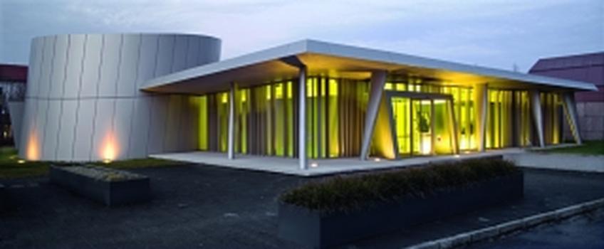 Bild1. Warm leuchtet die gelbe Wandbeschichtung der Strahlentherapiepraxis RADIO-LOG in Altötting nach ausen