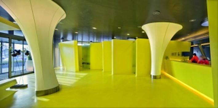 Bild2. Wie aus einem Guss: Boden und Wand sind mit Caparol Disbon 447 in Gelb beschichtet
