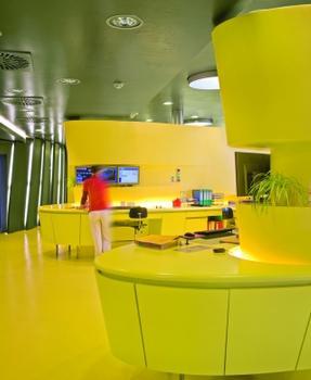 Bild3. Geschwungene Formen und gelbe Farbe prägen auch den Empfangstresen