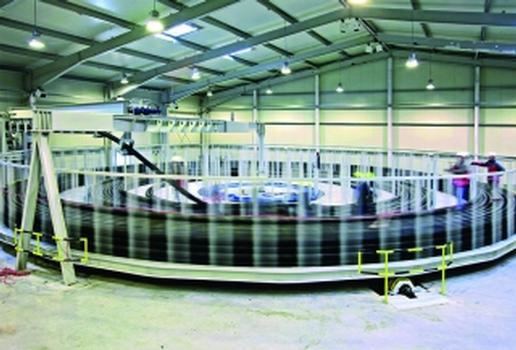 Der Turntable stapelt die überdimensionalen Leitungen bis zu 2 m Höhe (Fotos: IHNEN AURICH)