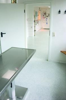 Reaktionsharzböden von Silikal für Tierarztpraxen und –kliniken (Foto: Silikal)
