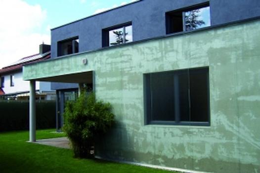 Kompaktes Wohnhaus mit auffälligem Anbau
