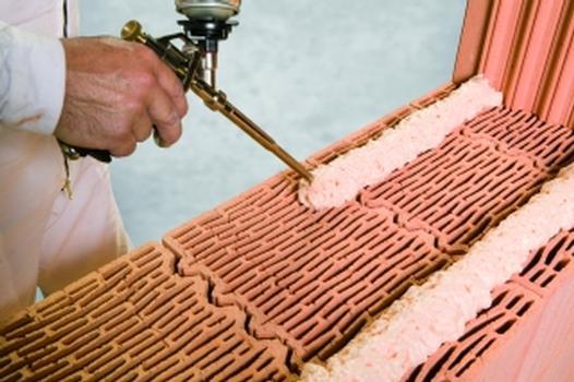 Wirtschaftliches Errichten von Mauerwerk durch das Klebesystem (Foto: Wienerberger)