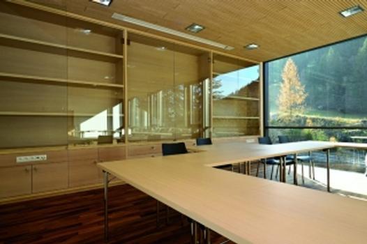 Raum mit schallabsorbierender Decken- und Wandverkleidung (Fotos: HOLTEG)