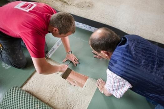 Das Material ist strapazierfähig, belastbar und sorgt für eine langfristige Trittschalldämmung