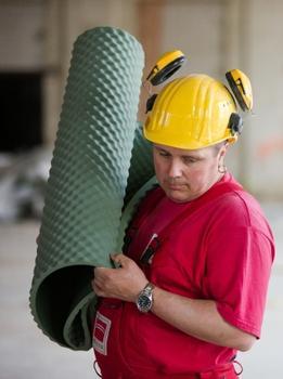Die Trittschalldämmmatte lässt sich unkompliziert transportieren und einfach verlegen