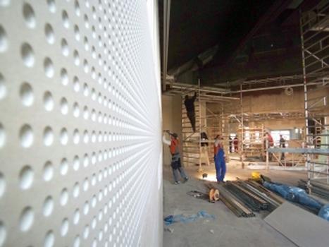 raumakustische Verbesserungen: Massivwände - Sockelbereich: Glatt, ab 1500 mm mit gelochten Rigiton-Platten bekleid