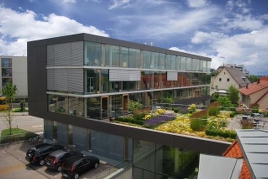Foto 1: Die Bezirksärztekammer in Stuttgart ist eines der Objekte, die es unter www.faszination-dachbegruenung.de zu sehen gibt