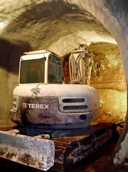 Für den Tunnelvortrieb optimierter Serien-TC125 von Terex beim erfolgreichen Ausbruch der Fluchtstollen im Finnetunnel