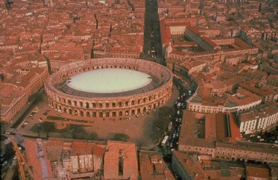 Überdachung der Arena in Nîmes.