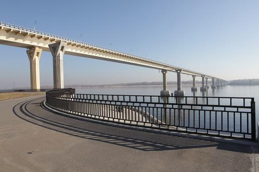 """Die Brücke über die Wolga in Wolgograd wurde am 20. Mai 2010 weltberühmt, als Seitenwinde die Stahlbrücke zum """"tanzen"""" brachten. Experten dämpften das Bauwerk nachträglich, so dass Schwingungen im Sonderlastfall künftig maximal ± 80 – 95 mm Ausschlag haben sollten. Im Bild stehen bereits die Pfeiler für eine zweite Brücke"""