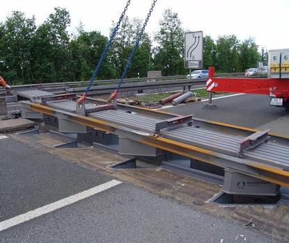 Dehnfugen-Umbau an der Kürnachbrücke beim Einhub der neuen 5-profiligen Dehnfuge in den vorbereiteten Bestand